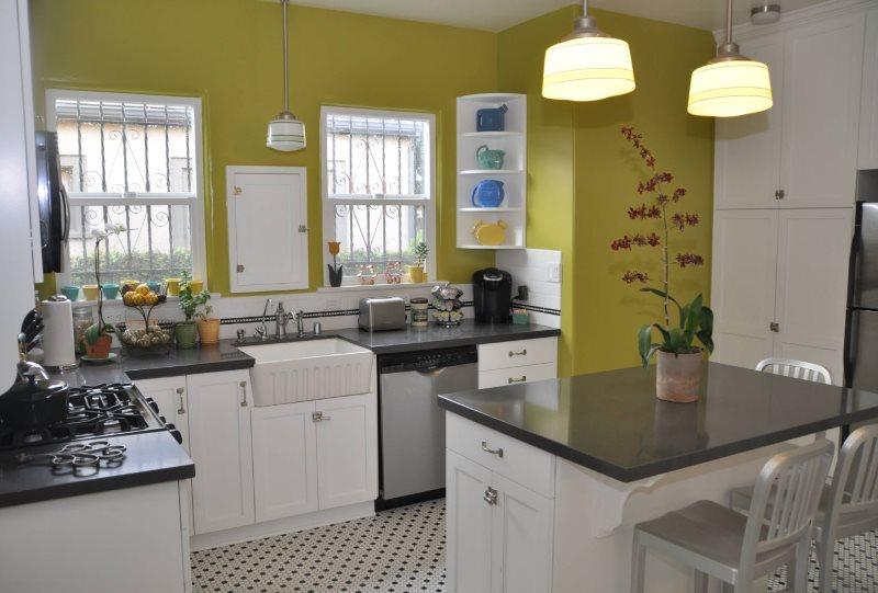 Стена оливкового цвета на кухне площадью 9 квадратных метров
