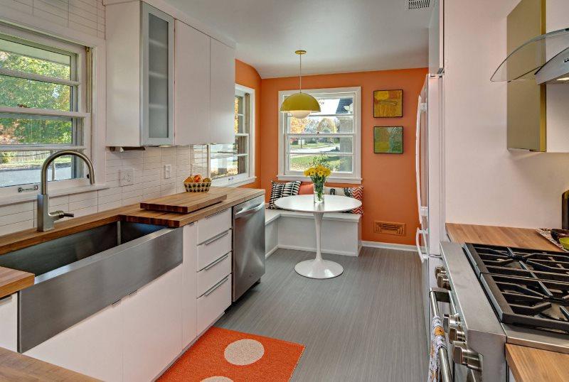 Двухрядная планировка кухни в загородном доме