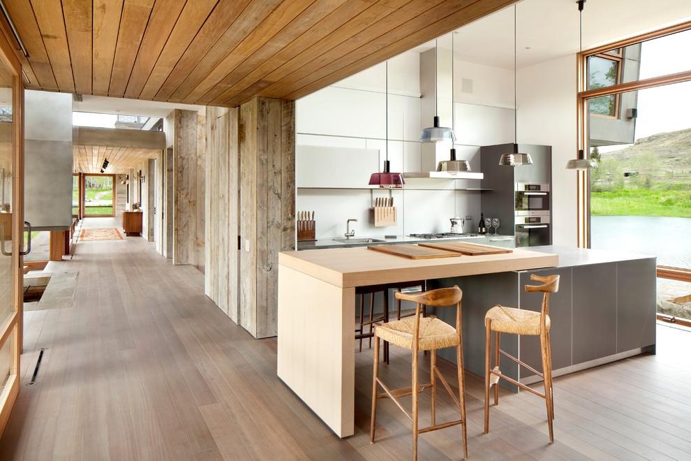 Дизайн кухни загородного дома в стиле модерн