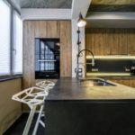 Оригинальное оформление кухонной зоны в одном помещении с балконом