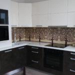 Оригинальное оформление вентиляционного короба на кухне в контрастных оттенках