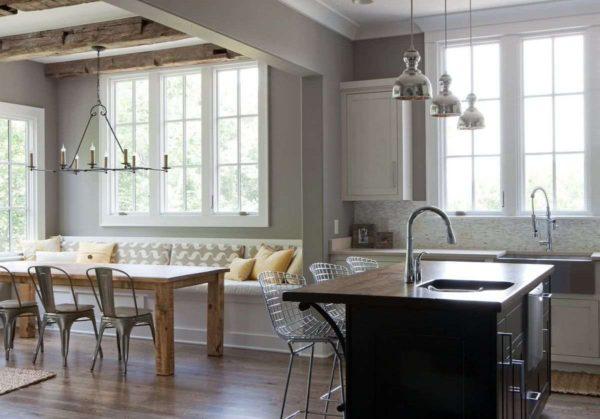 Кухня с окнами разных размеров