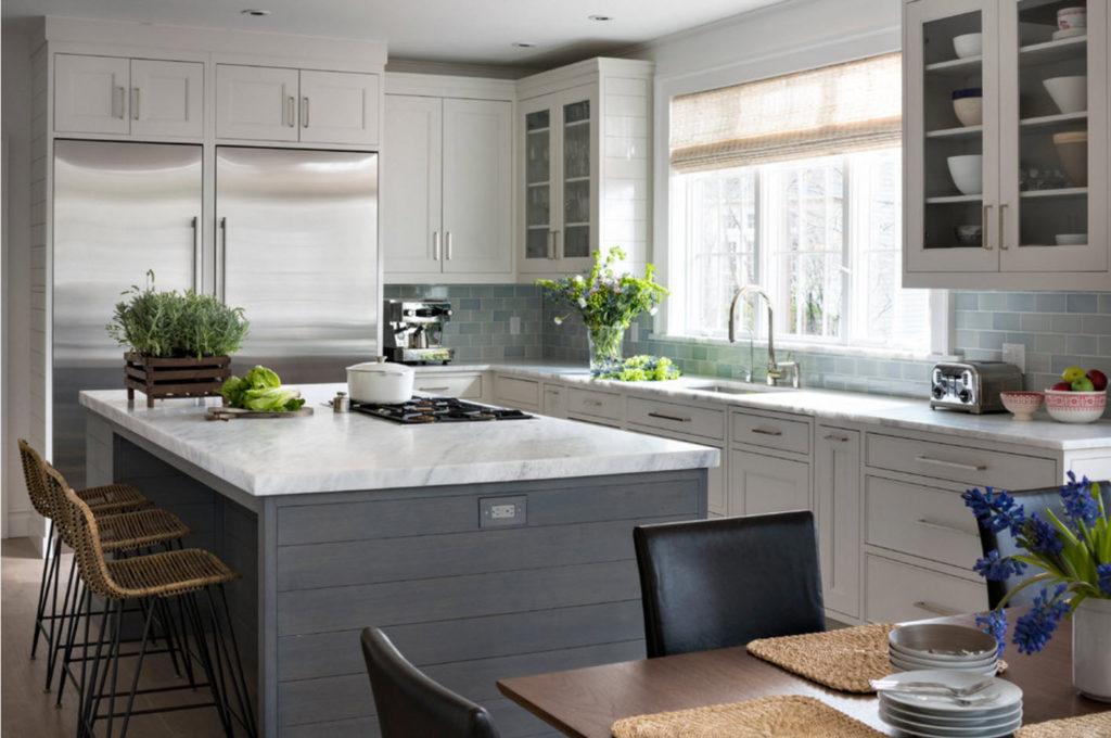 Кухонный остров с варочной плитой на кухне в 12 квадратных метров