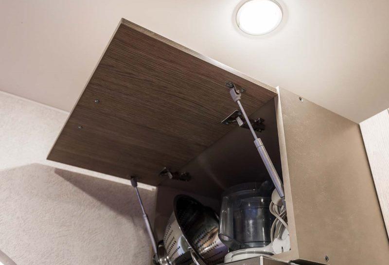 Шкаф с открытой дверцей на кухне хрущевки
