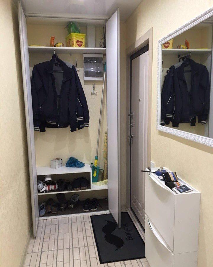 Открытый шкаф для верхней одежды в коридоре хрущевки