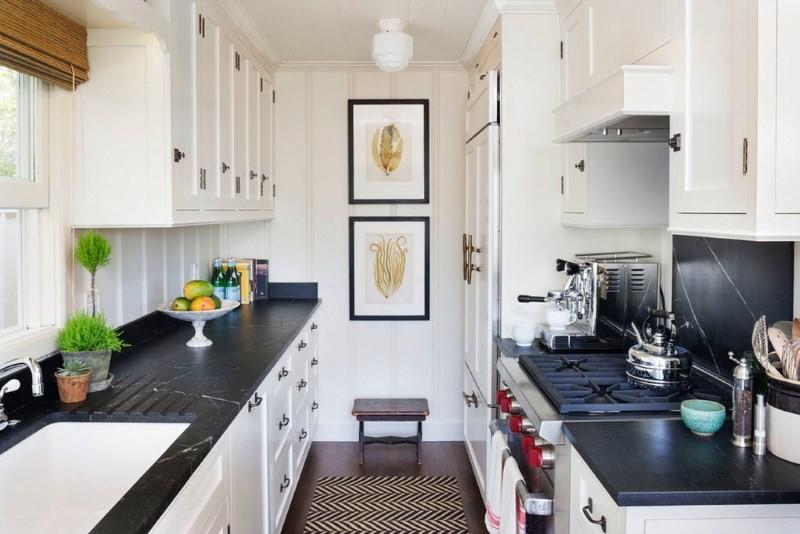 Черные столешницы кухонного гарнитура с белыми шкафами