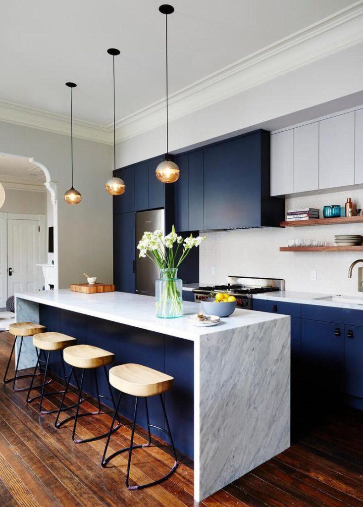 Кухонный гарнитур в стиле модерн с синими фасадами