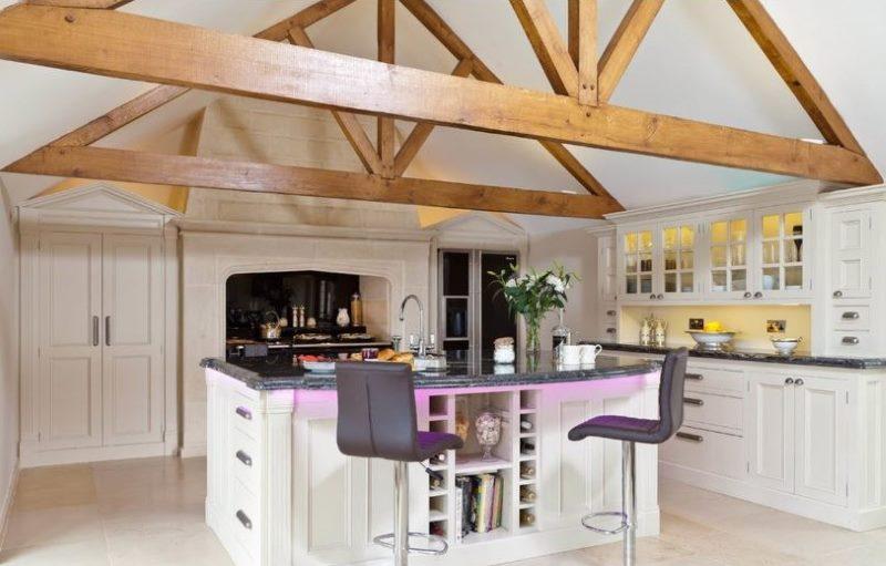 Потолочные балки в качестве декора кухонного пространства