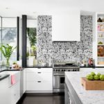 Пример оформления акцентной стены в рамках кухонного пространства