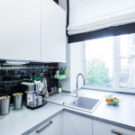 Кухонная мойка в белом подоконнике