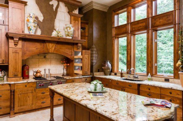 Кухня в стиле кантри с деревянным гарнитуром