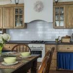 Простая сдержанная кухня в деревенском стиле