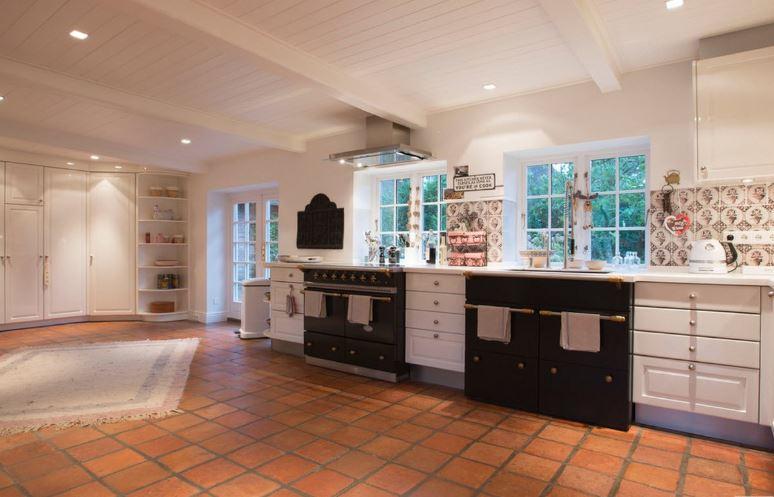 Контрастное сочетание цветов в интерьере кухни загородного дома