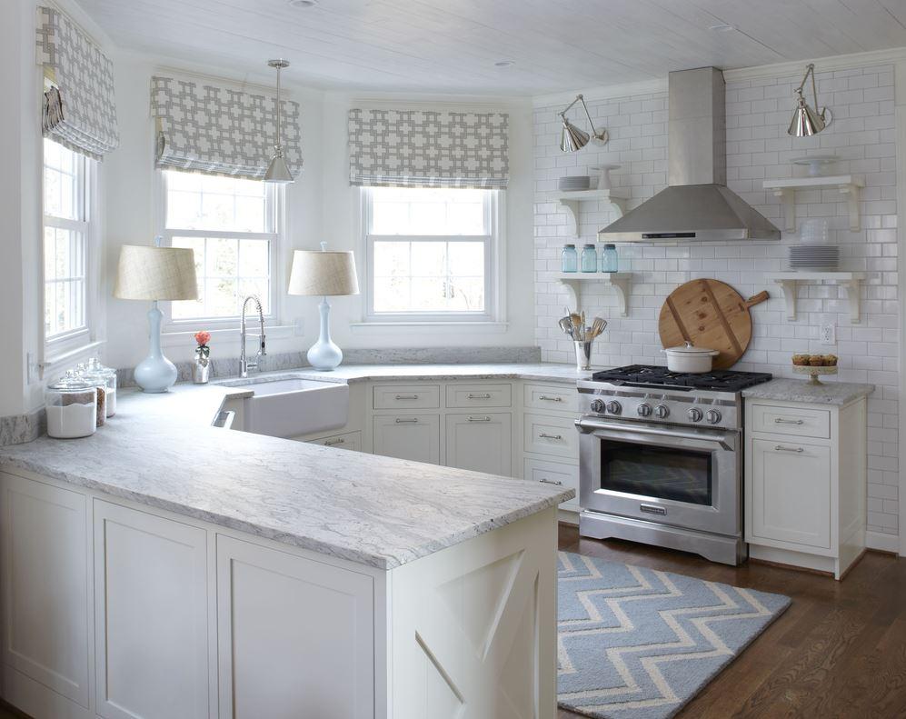 Размещение кухонного гарнитура в эркере кухни частного дома