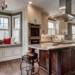 Размещение рабочей зоны и зоны отдыха в просторной светлой кухне с тремя окнами разной формы