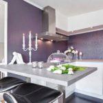 Роскошные фиолетовые обои с тиснением стали украшением и акцентом кухни с белоснежной системой шкафов