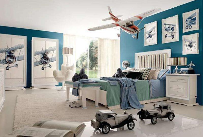 Модели автомобилей в интерьере детской комнаты