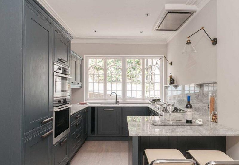 П-образная планировка кухонного гарнитура серого цвета