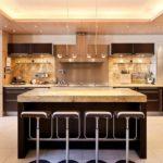 Шикарная кухня в разных оттенках коричневого цвета