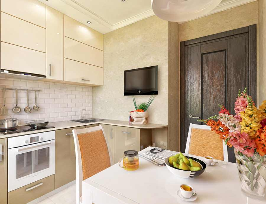 Кухня кремового цвета со шкафами до потолка