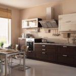 Сочетание светлого и темного дерева для небольшой уютной кухни