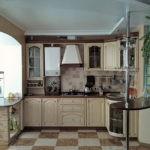 Совмещение кухни с балконом с столиком-стеллажом на разделении