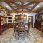 Современная кухня, стилизованная под стиль кантри