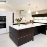 Современная кухня в цвете венге с белыми элементами