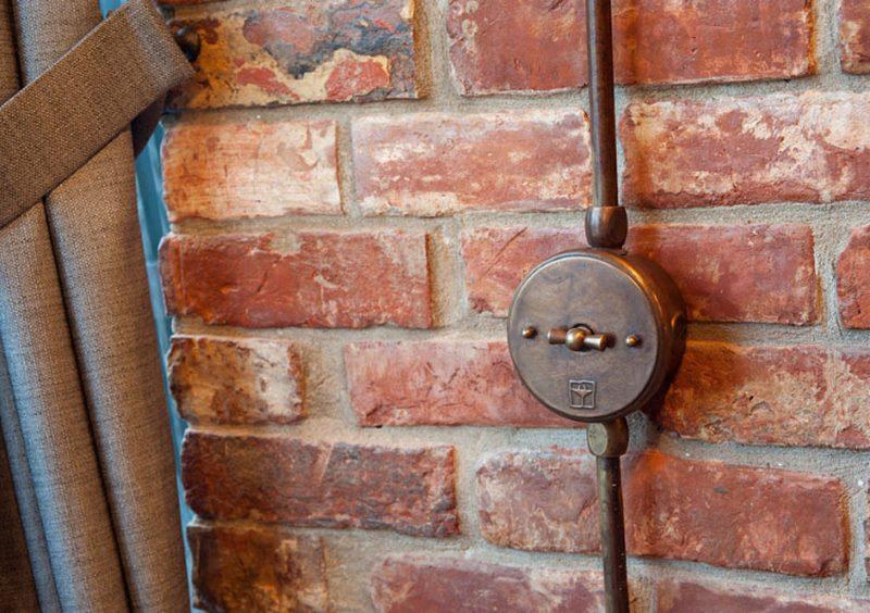 Старинный выключатель на кирпичной стене