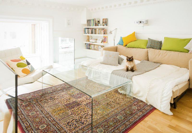 Стеклянный столик на ковре с узорами