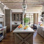 Стильная кухня кантри с мебельными фасадами красивого цвета