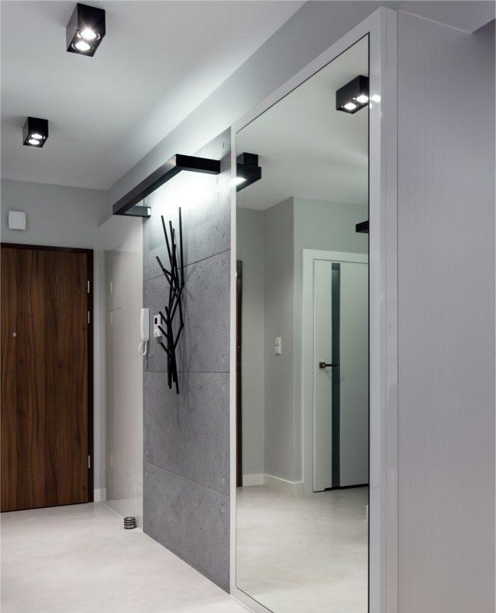Большое зеркало на стене маленького коридора