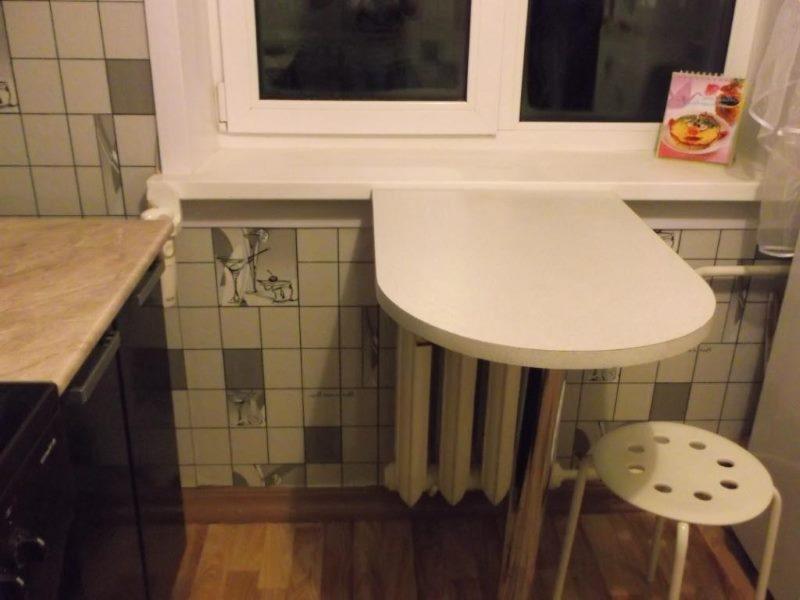Небольшой столик для завтраков в малогабаритной кухне