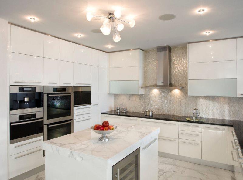 Яркое искусственное освещение на кухне с белой мебелью