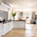 Светлая плитка на полу гармонично завершает интерьер кухни