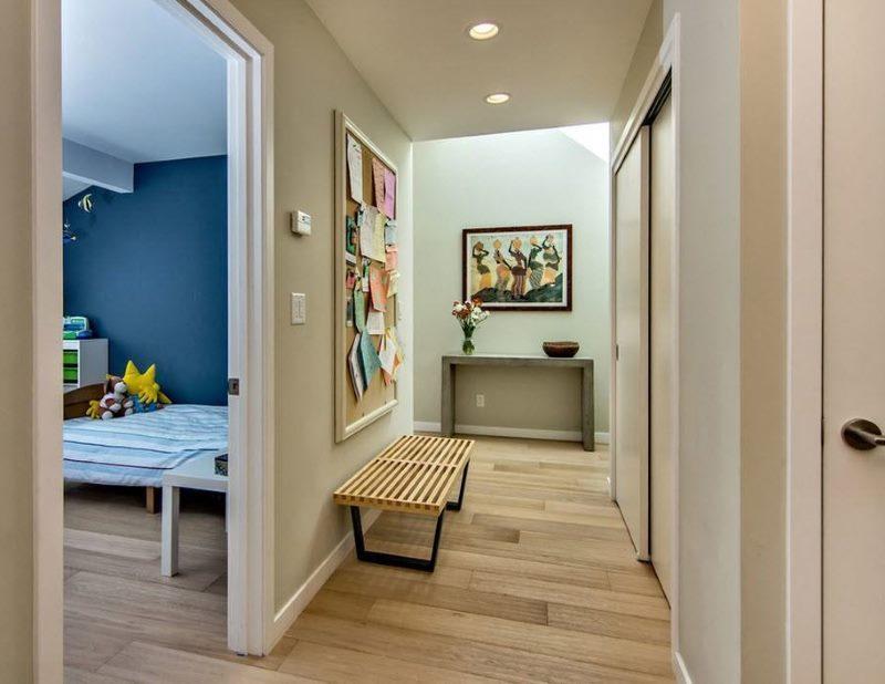 Дизайн узкого коридора в светлых тонах
