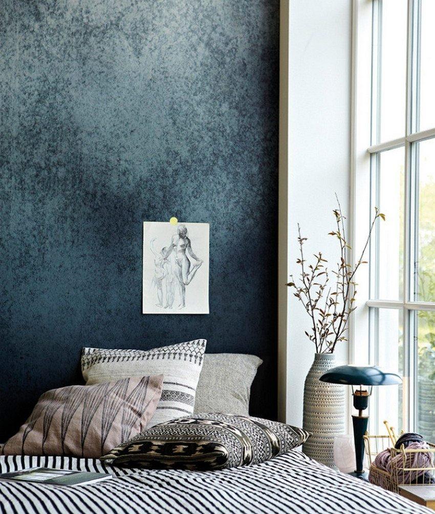 Темные текстильные обои в спальне супругов