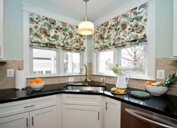 Угловая кухня с двумя окнами,