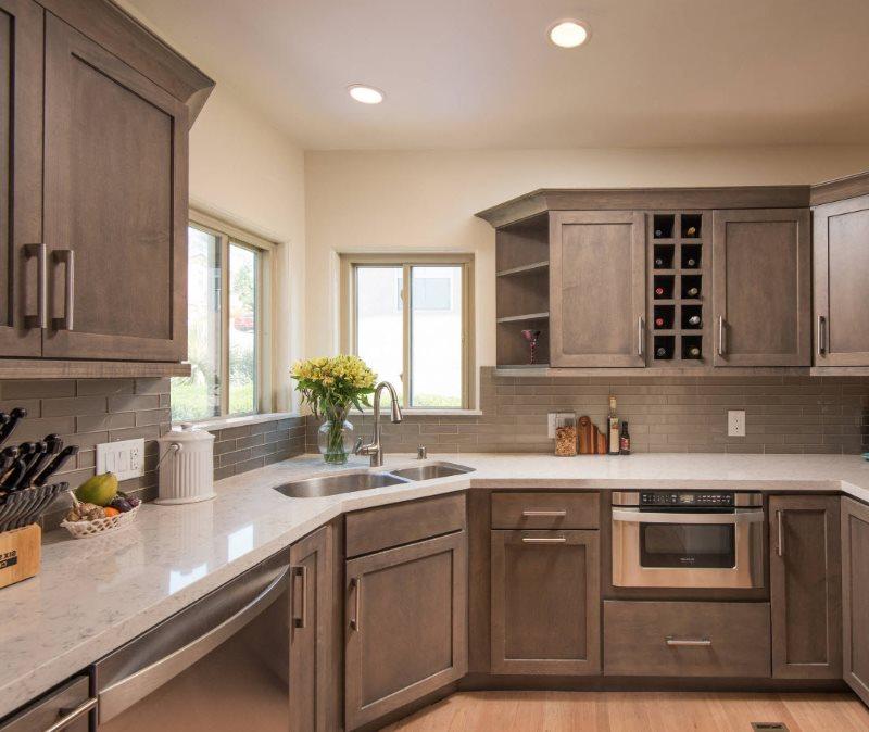 Кухонный гарнитур коричневого цвета угловой планировки