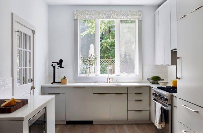 Светлый кухонный гарнитур угловой планировки