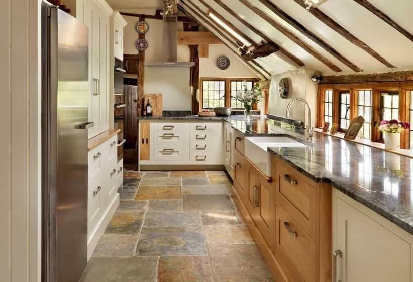 Интерьер узкой кухни загородного дома