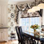 В этой кухне обои точно повторяют цветочный рисунок текстиля, который был использован для оформления эркера