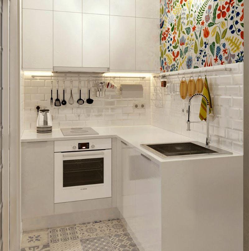 Светлый кухонный гарнитур с компактной варочной поверхностью
