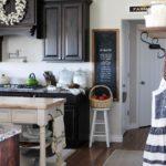 Веночки, баночки и прочие мелочи делают кухню кантри очень уютной и милой