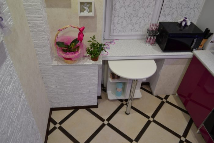 Небольшая барная стойка под окном кухни в хрущевке