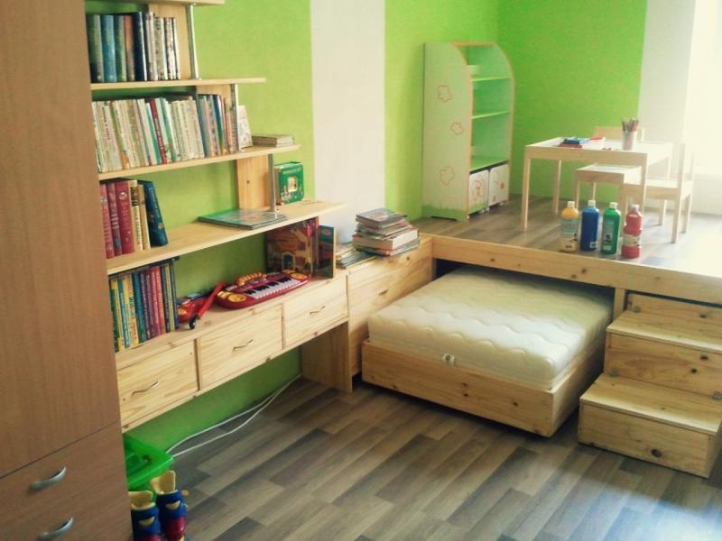 Деревянная выдвижная кровать в детской комнате