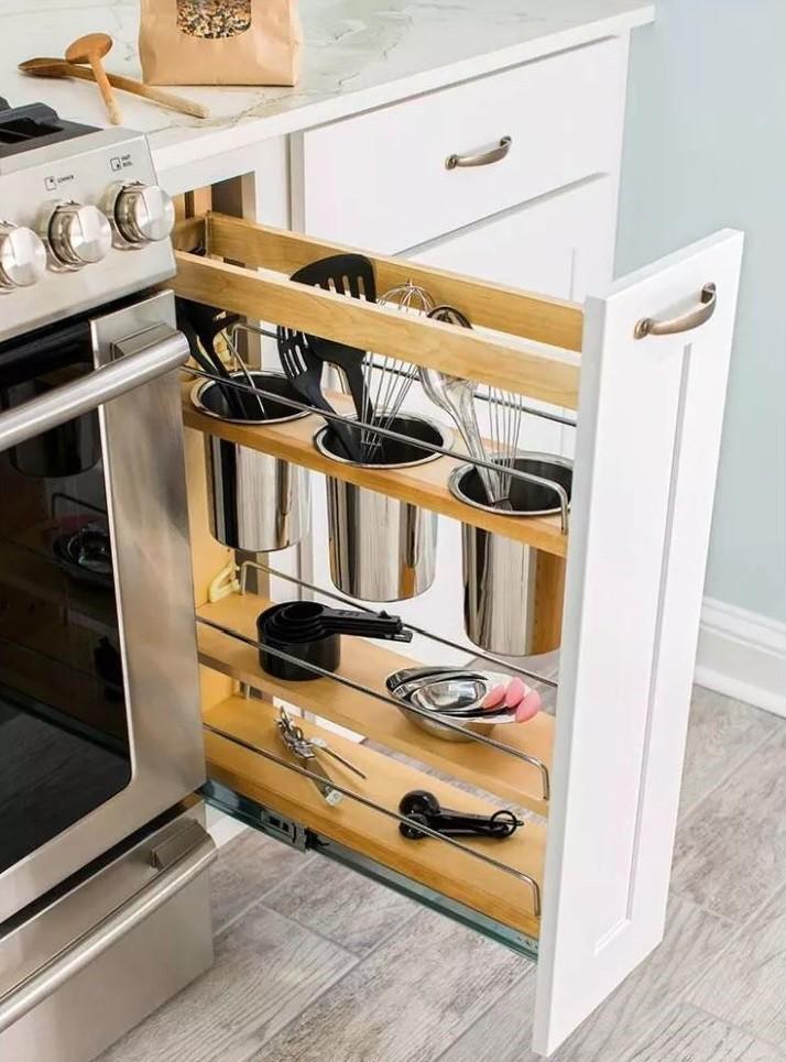 Узкая выдвижная панель в кухонном гарнитуре
