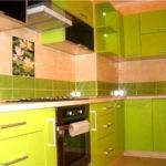 Яркий кухонный гарнитур отлично вписался в кухня не смотря на короб в углу