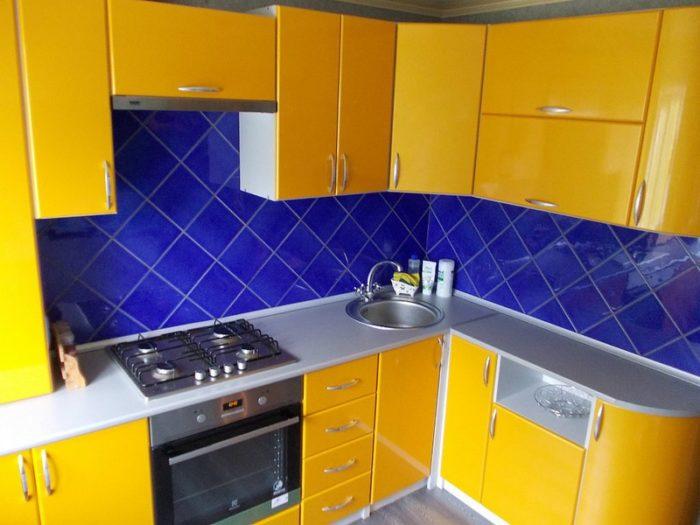 Кухонный гарнитур с желтыми фасадами