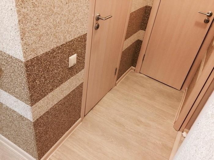 Стена в коридоре с жидкими обоями